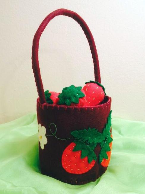 Felt basket with strawberries